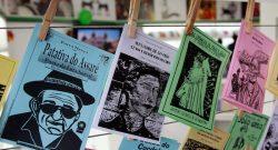 """Foto LUSA: Uma imagem disponibilizada em 23 de abril de 2015 mostra uma amostra da """"literatura de cordel"""" (literatura cabo) durante a Feira Internacional do Livro de Bogotá, Colômbia, 21 de abril de 2015. EPA / MAURICIO DUENAS CASTANEDA"""