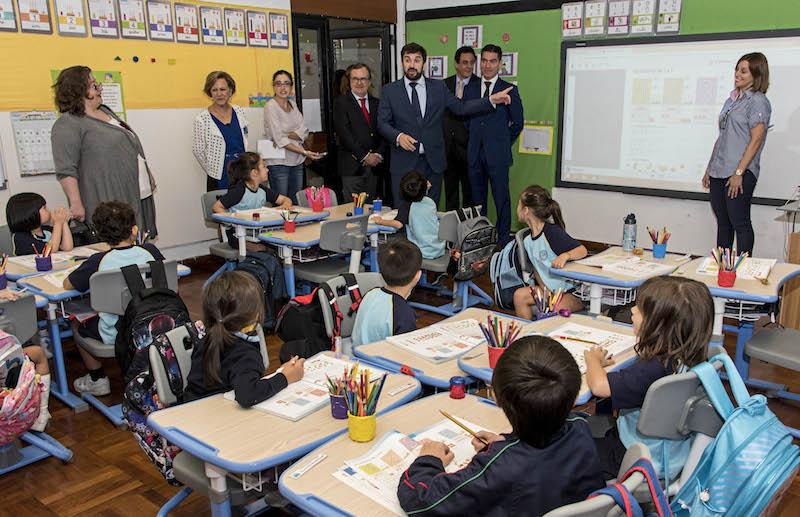 O ministro da Educação, Tiago Brandão Rodrigues (C), conversa com alunos durante a vista à Escola Portuguesa de Macau, China, 13 de outubro de 2016. ANTÓNIO MIL-HOMENS/LUSA
