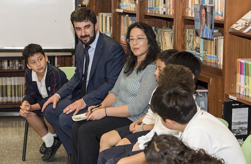 O ministro da Educação, Tiago Brandão Rodrigues (2-E), conversa com alunos durante a vista à Escola Portuguesa de Macau, China, 13 de outubro de 2016. ANTÓNIO MIL-HOMENS/LUSA