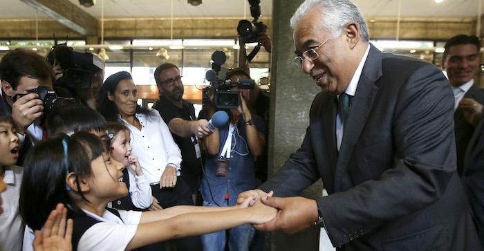 O primeiro ministro, António Costa (D) cumprimenta os alunos da Escola Portuguesa de Macau, no âmbito da visita de Estado à República Popular da China e à Região Administrativa Especial de Macau, 11 outubro de 2016. ESTELA SILVA/LUSA