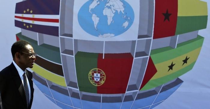 O presidente da Guiné Equatorial, Teodoro Obiang passa junto de um painel com bandeiras dos países da CPLP, no final da cerimónia de abertura da X Conferência de Chefes de Estado e de Governo da Comunidade dos Países de Língua Portuguesa (CPLP), onde foi chamado para a tribuna junto dos restantes estados-membros, em Díli, Timor Leste, 23 de julho de 2014. PAULO NOVAIS/LUSA