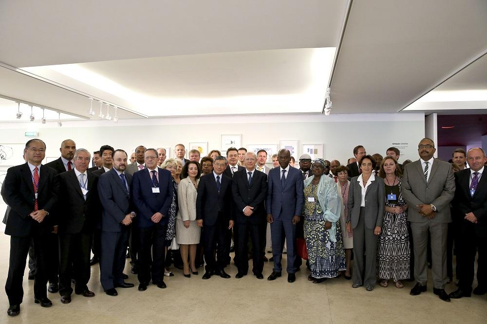 O ministro português dos Negócios Estrangeiros, Augusto Santos Silva (C), acompanhado pelo homólogo do Togo, Robert Dussey, e pelo embaixador do Japão em Lisboa, Hiroshi Azuma (C / L), durante a foto de família do G7 ++ Amigos do Golfo da Guiné , Portugal, 6 de junho de 2016. JOAO RELVAS / LUSA