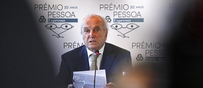 O Presidente do júri do Prémio Pessoa, Francisco Pinto Balsemão (D), durante a cerimónia do anúncio do Prémio Pessoa 2016 atribuído ao historiador Frederico Lourenço, 9 de dezembro de 2016 em Sintra. ANTÓNIO PEDRO SANTOS/LUSA