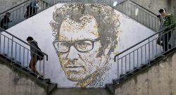 Alunos da escola secundária José Afonso passam junto a uma criação do artiista português Alexandre Farto, que assina Vhils, do cantor Zeca Afonso. no Seixal, 4 de abril de 2014. JOÃO RELVAS/LUSA