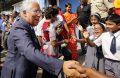 O primeiro-ministro António Costa cumprimenta crianças de uma escola durante o seu passeio pelo bairro das Fontainhas em Goa, India, 12 de janeiro de 2017. TIAGO PETINGA/LUSA