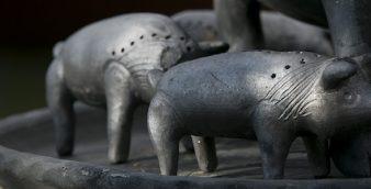 Peça de cerâmica de argila negra da Bisalhães. 01 de dezembro de 2016. Em risco real de extinção, a cerâmica negra de argila Bisalhães utiliza um processo complexo que leva mais de um ano para completar. PEDRO ROSARIO / LUSA