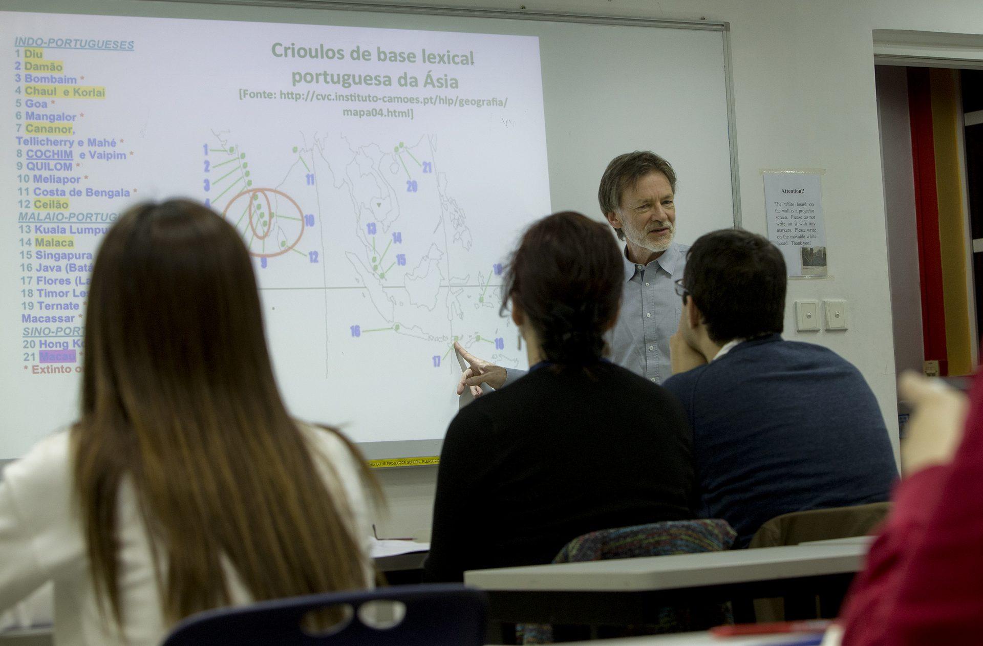 Vários macaenses marcaram hoje presença na primeira aula de patuá, crioulo de base portuguesa de Macau, na Universidade de São José (USJ), CARMO CORREIA / LUSA