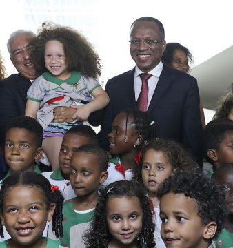 O primeiro-ministro de Portugal, António Costa (2E), acompanhado pelo o seu homólogo caboverdiano Ulises Correia e Silva (D) e pela diretora Susana Maximiano (E)  durante a cerimónia de inauguração da Escola Portuguesa na Cidade da Praia, Cabo Verde, 20 de fevereiro de 2017.. ANTÓNIO COTRIM/LUSA
