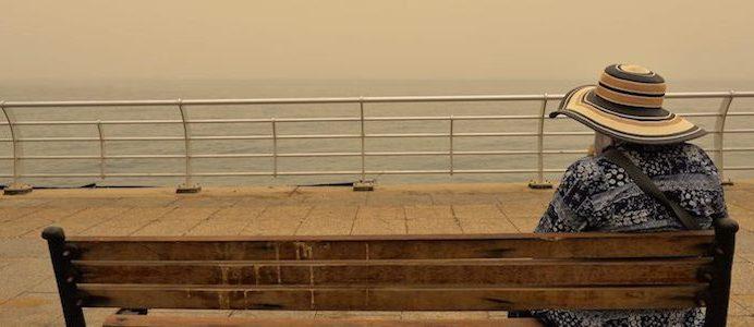Mulher num banco na Corniche, durante uma tempestade de areia em Beirute, Líbano, 08 de Setembro de 2015. EPA / WAEL Hamzeh