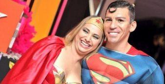 Lúcio e sua mulher fantasiados de Super-Homem e Mulher-Maravilha