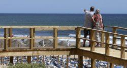 Turistas observam o mar no novo passadiço da praia do Alvor, 13 de maio de 2016. LUÍS FORRA/LUSA