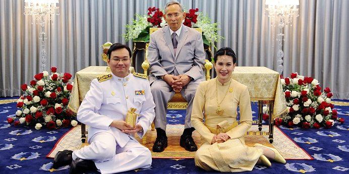 Pathorn Srikaranonda de Sequeira (E), hoje com 44 anos, – é um músico, compositor, professor lusodescendente fundador do conservatório de música da Rangsit University, acompanhado pelo rei da Tailândia, Bhumibol Adulyadej (C), Banguecoque, Tailândia, 14 de fevereiro de 2012.  LUSA