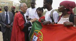 O Presidente da República de Portugal, Marcelo Rebelo de Sousa, conversa com estudantes de português após ter recebido o  título de doutoramento Honoris Causa da Faculdade de Direito de Dacar. Senegal, 12 de abril de 2017. ANTÓNIO COTRIM/LUSA