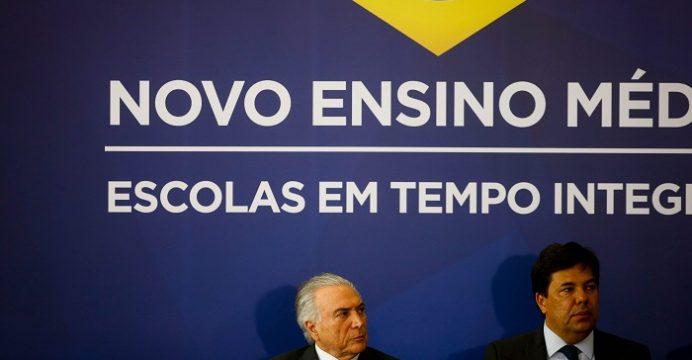 epa05552513 O Presidente brasileiro, Michel Temer (E), e o Ministro da Educação, Mendonça Filho (D). Brasília, Brasil, 22 de setembro de 2016.  EPA/FERNANDO BIZERRA JR