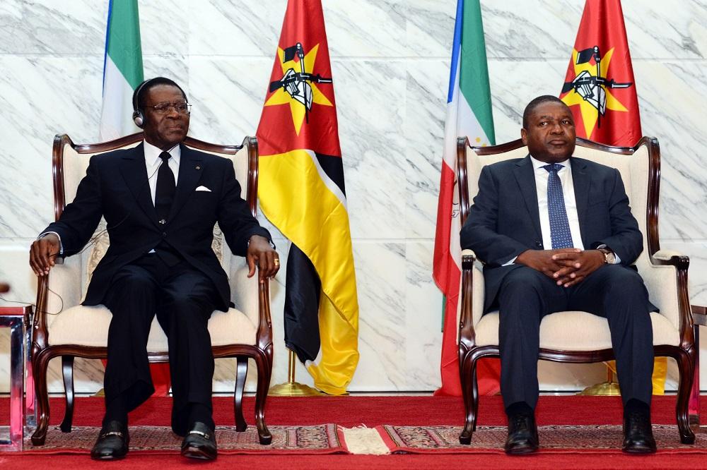 O Presidente da Guiné Equatorial, Theodoro Obiang (E), acompanhado pelo homólogo de Moçambique, Filipe Nyusi, assistem à cerimónia de assinatura de protocolos bilaterais, em Maputo, 5 de abril de 2017. ANTÓNIO SILVA/LUSA