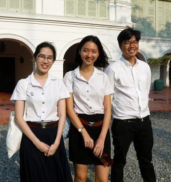 """Sasidisaya, Maturin e Natsima fazem parte do reduzido número de jovens que aprende português na Tailândia, atraídos pela """"língua bonita"""" que se fala no Brasil, Banguecoque, Tailândia, 7 de abril de 2017. O ensino do português no país está centrado essencialmente na Universidade Chulalongkorn, em Banguecoque, com 20 a 30 alunos por ano, e onde o sotaque do continente americano atrai interessados. INÊS SANTINHOS GONÇALVES/LUSA"""