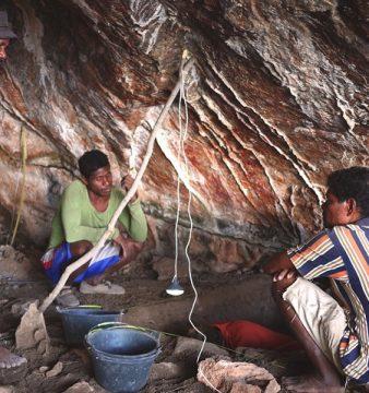Uma equipa de arqueólogo francês, Jean-Christophe Galipaud observam gravuras rupestres numa caverna em Atekru, na ilha de Ataúro, Timor-Leste,15 de agosto de 2015. Equipas de arqueólogos detetaram vestígios que comprovam a ocupação humana há pelo menos 18 mil anos na ilha timorense de Ataúro, a norte de Díli, com gravuras rupestres que podem datar de há cerca de 8.000 anos. LUSA