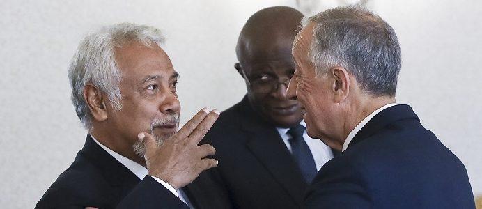 O Presidente da República, Marcelo Rebelo de Sousa (D), cumprimenta o antigo Presidente de Timor-Leste, Xanana Gusmão (E), momentos antes de uma audiência no Palácio de Belém, em Lisboa, 06 de abril de 2017. ANTÓNIO COTRIM/LUSA