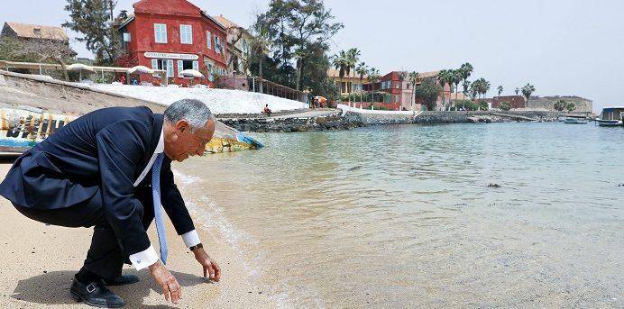 O Presidente da República de Portugal Marcelo Rebelo de Sousa ,observa a àgua da Ilha de Goreia, Senegal, 13 de abril de 2017. ANTÓNIO COTRIM/LUSA