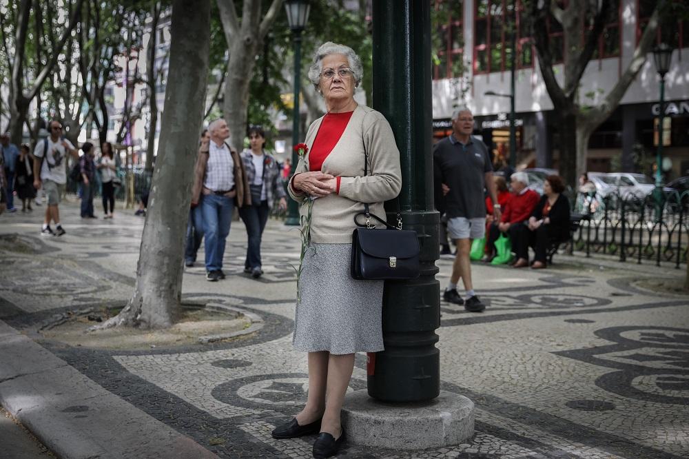 Mulher com cravo na mão. Comemoração do 43º aniversário do 25 de abril. Avenida da Liberdade, Lisboa. MARIO CRUZ/LUSA
