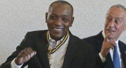 O Presidente da República, Marcelo Rebelo de Sousa (D), posa para a foto com o cantor cabo-verdiano Tito Paris após o ter agraciado com o grau de comendador da Ordem do Mérito, 08 de abril de 2017, no Palácio de Belém em Lisboa. JOSÉ SENA GOULÃO/LUSA