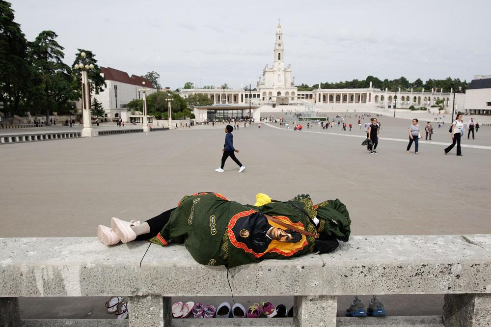 """Uma mulher descansa durante uma visita ao Santuário de Fátima, 4 maio de 2017. O Papa Francisco, visita Fátima nos próximos dias 12 e 13 de maio para a comemoração do Centenário das """"Aparições"""" de Nossa Senhora aos três Pastorinhos. PAULO CUNHA/LUSA"""