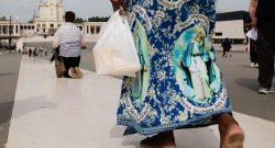 """Peregrinos cumprem promessas durante uma visita ao Santuário de Fátima, 4 maio de 2017. O Papa Francisco, visita Fátima nos próximos dias 12 e 13 de maio para a comemoração do Centenário das """"Aparições"""" de Nossa Senhora aos três Pastorinhos. PAULO CUNHA/LUSA"""