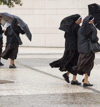 Freiras protegem-se da chuva no Santuário de Fátima, 10/05/2017, PAULO CUNHA/LUSA