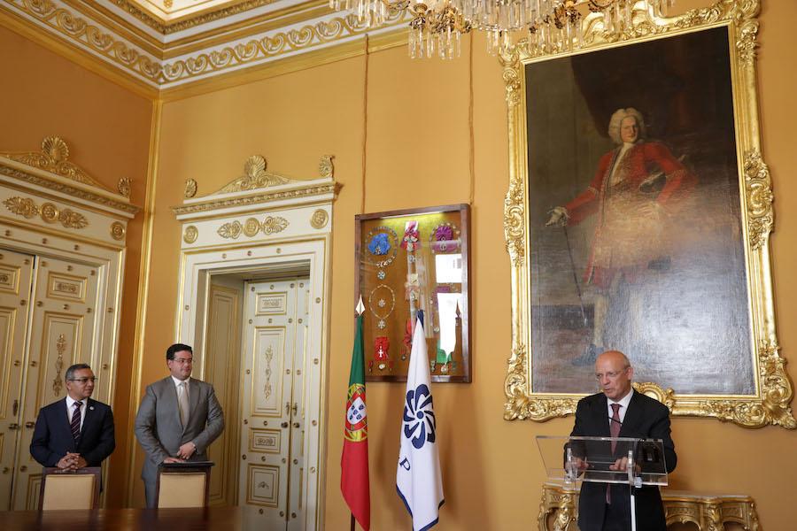 O Ministro dos Negócios Estrangeiros, Augusto Santos Silva fala durante a cerimónia de assinatura do protocolo entre a AICEP-Agência para o Investimento e Comércio Externo de Portugal e a CE-CPLP (Confederação Empresarial da Comunidade dos Países de Língua Portuguesa), representadas pelos respetivos presidentes, Luís Castro Henriques (D) e Salimo Abdula (E) 09 de junho de 2017 no Palácio das Necessidades em Lisboa. TIAGO PETINGA/LUSA