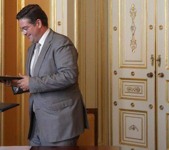 O Ministro dos Negócios Estrangeiros, Augusto Santos Silva (D) aplaude o presidente da AICEP-Agência para o Investimento e Comércio Externo de Portugal , Luís Castro Henriques (C) e o presidente da CE-CPLP (Confederação Empresarial da Comunidade dos Países de Língua Portuguesa) Salimo Abdula (E) durante a cerimónia de assinatura de um protocolo de cooperação, 09 de junho de 2017 no Palácio das Necessidades em Lisboa. TIAGO PETINGA/LUSA