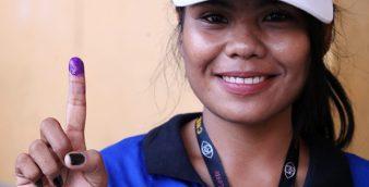 Uma eleitora mosta o dedo com tinta , como prova que votou, numa das secções de voto para as eleições legislativas que decorrem hoje em todo o território de Timor-Leste. Díli, 22 de julho de 2017. NUNO VEIGA/LUSA