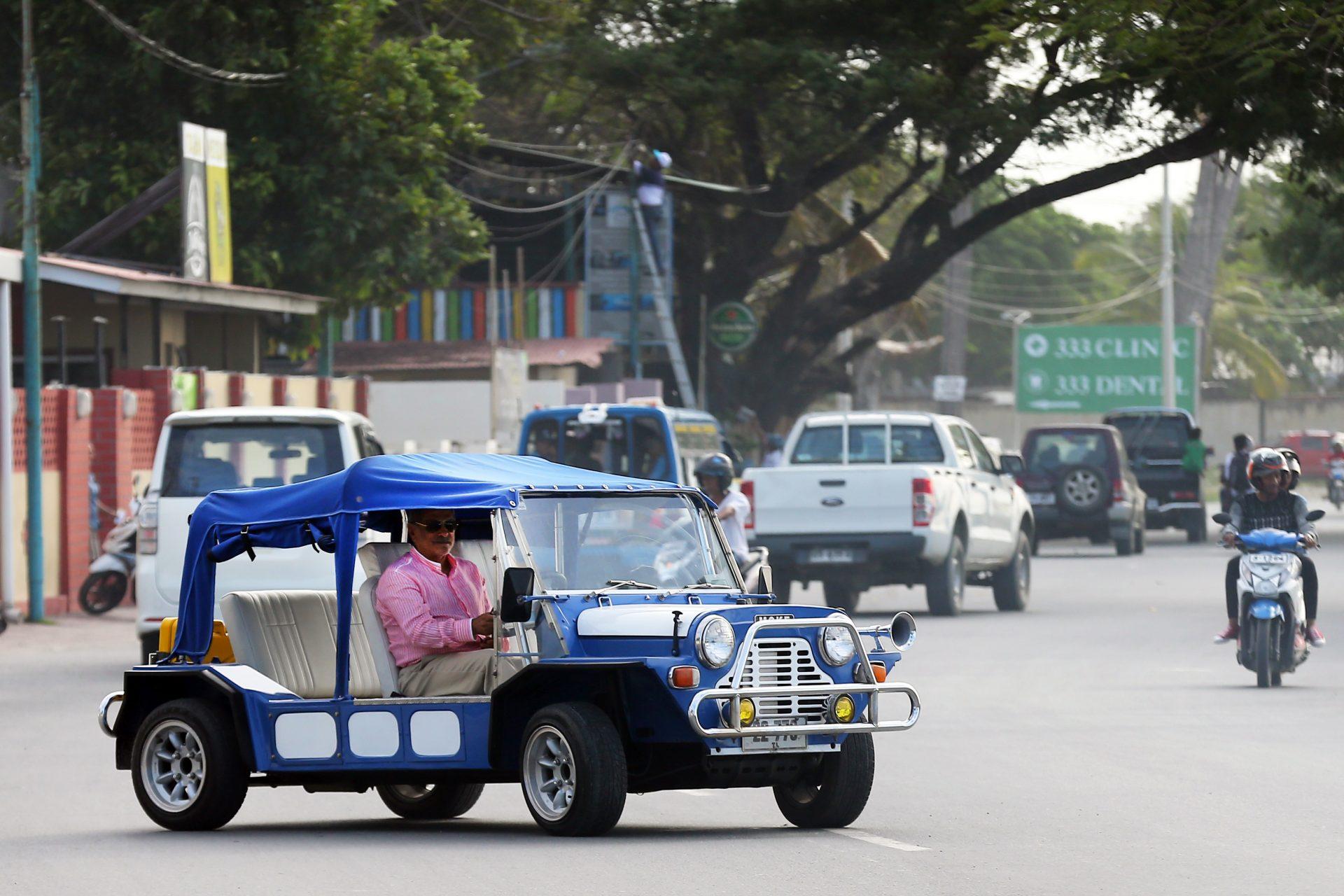 """O ex-Presidente timorense, José Ramos-Horta, passeia nas ruas de Dili no seu carro, Dili, Timor-Leste, 10 de julho de 2017. Ramos-Horta considera que a maioria do eleitorado timorense continua """"politica, psicológica e emocionalmente ligado"""" à geração de 75, fator que vai ser determinante nas eleições de 22 de julho. (ACOMPANHA TEXTO DE 12/07/2017) NUNO VEIGA/LUSA"""