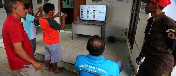 Técnicos do Secretariado Técnico de Apoio Eleitoral (STAE), observa os resultados finais quando se aproxima do final a contagem dos votos das eleições legislativas em Timor-Leste. Díli, 23 de julho de 2017. NUNO VEIGA/LUSA