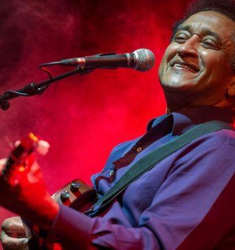 O músico angolano, Waldemar Bastos, durante a atuação no Festival Músicas do Mundo 2017, em Porto Covo, 22 de julho de 2017. TIAGO CANHOTO/LUSA
