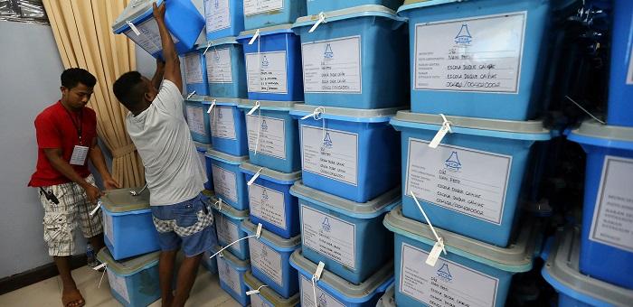 Funcionários arrumam as urnas após serem inseridos os dados das atas, na sala onde o destino da governação de Timor-Leste está a ser conhecido, ata a ata, ao lado do edifício principal da administração municipal de Díli onde se acumula um comboio de urnas dos 83 centros de votação de Díli, 23 de julho de 2017. (ACOMPANHA TEXTO DO DIA 23 DE JULHO DE 2017) NUNO VEIGA/LUSA