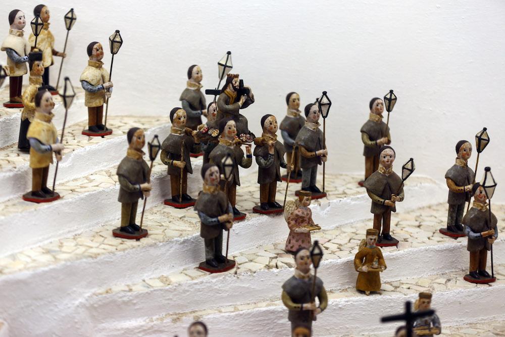 """Figuras dos bonecos de Estremoz representando uma procissão, em exposição no Museu Municipal de Estremoz, em Estremoz, 24 de novembro de 2017. A produção de bonecos de Estremoz, em barro, uma arte popular com mais de três séculos, conquistou """"selo"""" de Património Cultural Imaterial da Humanidade, da UNESCO. NUNO VEIGA/LUSA"""
