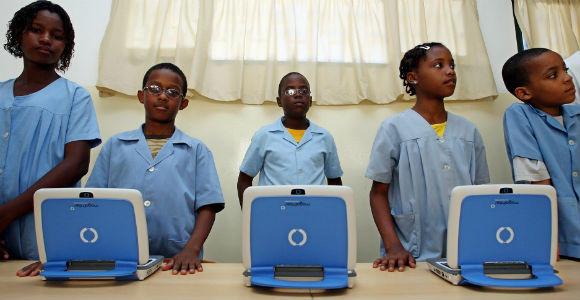 Foto: Alunos da Escola Capelinha, na Cidade da Praia, com o computador Magalhães. 12 de Março de 2009. PAULO NOVAIS/LUSA