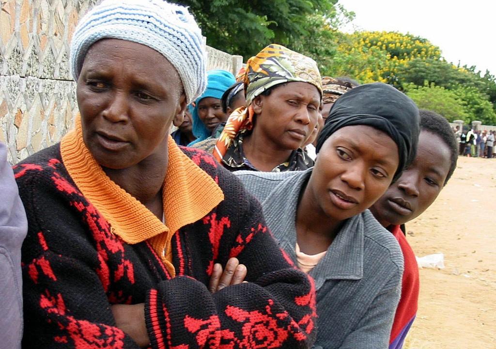 02_TONGA_Centenas de mulheres, aguardam em fila a sua vez de votar, na localidade negra de Mabvuko, arredores de Harare, para as eleicoes no Zimbabue. FOTO ANTONIO MATEUSLUSA