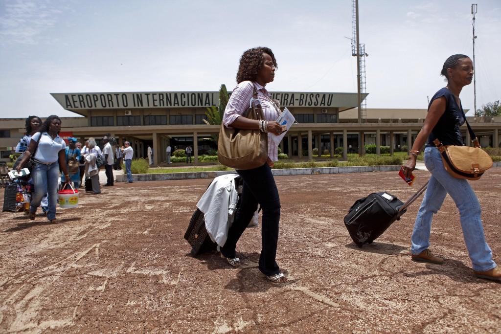 Passageiros embarcam no primeiro avião da TAP a aterrar em Bissau, 23 abril 2012, após o golpe militar de 12 abril que fez anular as ligações aéreas para a Guiné-Bissau. ANDRE KOSTERS/LUSA
