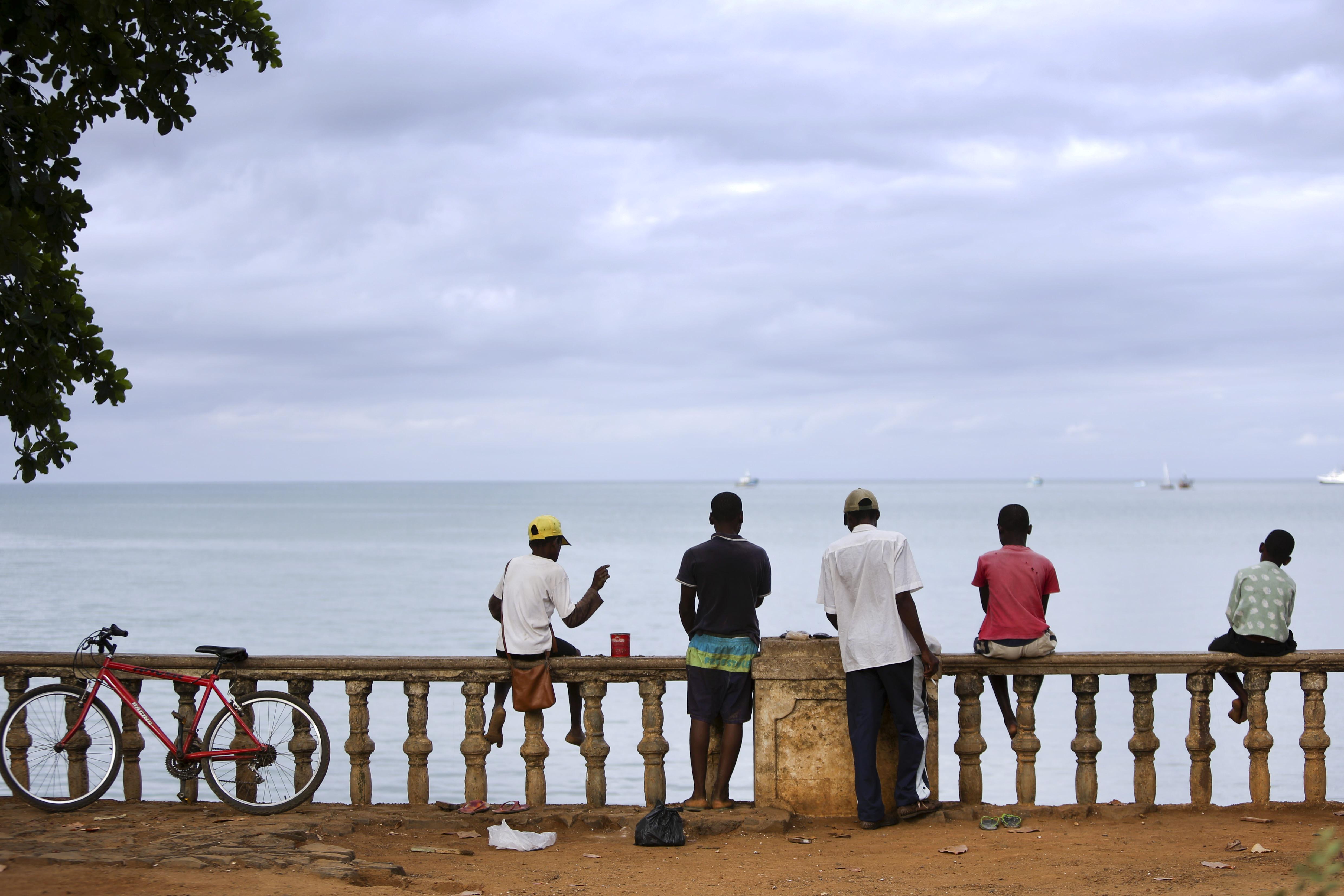 Crianças de São-Tomé e Príncipe na marginal da cidade de-S. Tomé 06 de outubro de 2014. ANDRE KOSTERS / LUSA