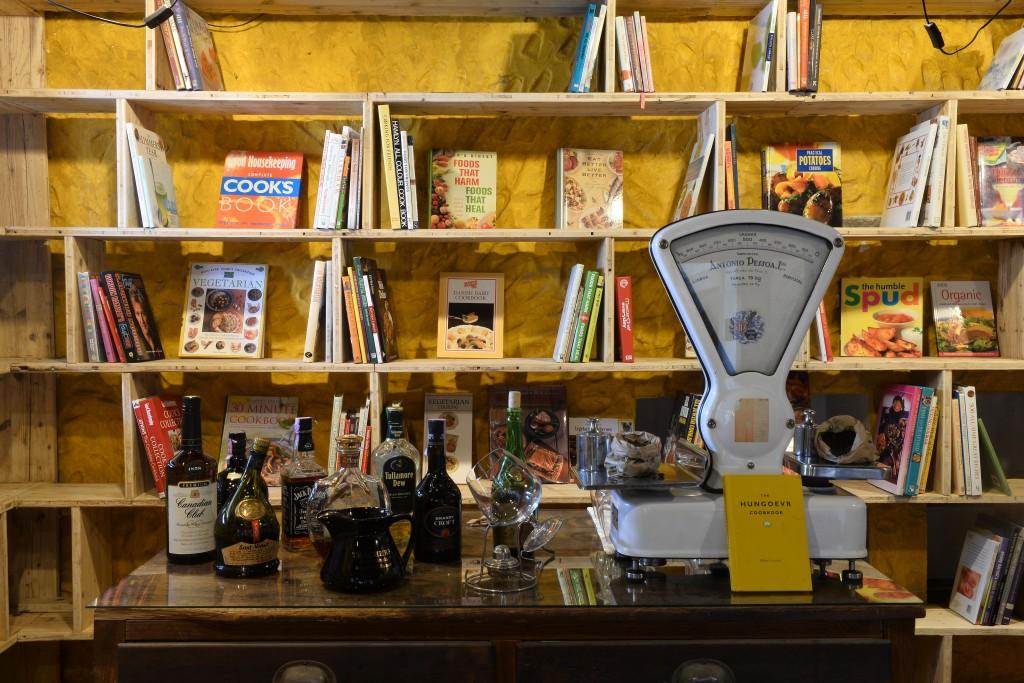 """Livros expostos nua sala de refeições de um hotel que integra o Folio – Festival Internacional de Literatura de Óbidos, 15 de outubro de 2015. Começou hoje o """"Folio"""" Festival Internacional de Literatura de Óbidos, onde vários espaços são transformados em livrarias. CARLOS BARROSO/LUSA"""