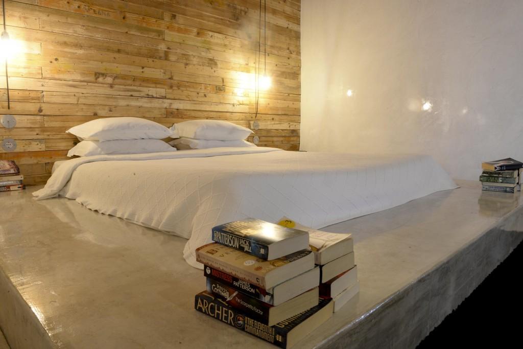 """Livros expostos num quarto de hotel que integra o Folio – Festival Internacional de Literatura de Óbidos, 15 de outubro de 2015. Começou hoje o """"Folio"""" Festival Internacional de Literatura de Óbidos, onde vários espaços são transformados em livrarias. CARLOS BARROSO/LUSA"""