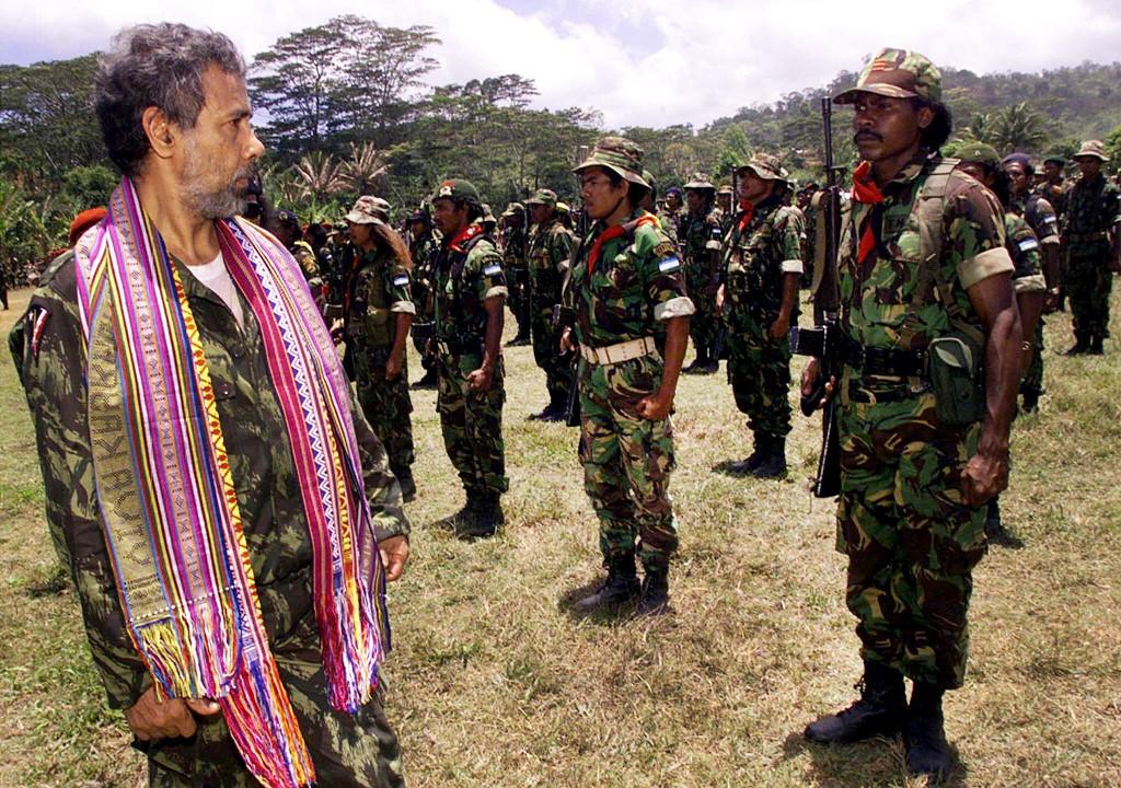 Xanana Gusmão passa revista às tropas das Falintil no Remexio, Timor-Leste, 24 de outubro de 1999. TIAGO PETINGA/LUSA