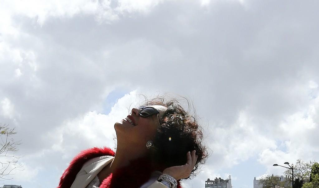 """A atriz brasileira Regina Duarte pouco antes da conferência de imprensa realizada no edifício da televisão brasileira Globo, Lisboa, 03 abril 2014. A atriz está em Portugal para promover o documentário """"A Arte de Interpretar – A Saga da Novela Roque Santeiro"""", que integra o Festin 2014 – Festival de Cinema Itinerante da Língua Portuguesa. MANUEL DE ALMEIDA/LUSA"""