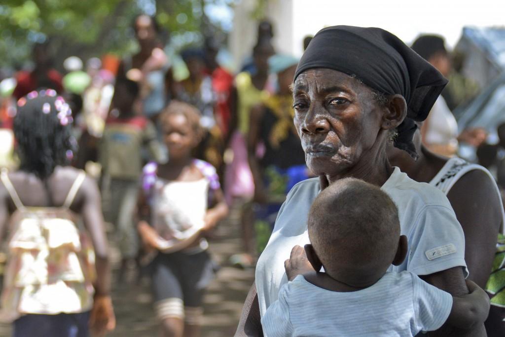 Uma mulher com uma criança ao colo no acampamento para deslocados das inundações em Mocuba, província de Zambézia, Moçambique, 27 de janeiro de 2015. As inundações na província da Zambézia afeta atualmente 124 000 pessoas e causaram 79 mortos. ANTÓNIO SILVA/LUSA