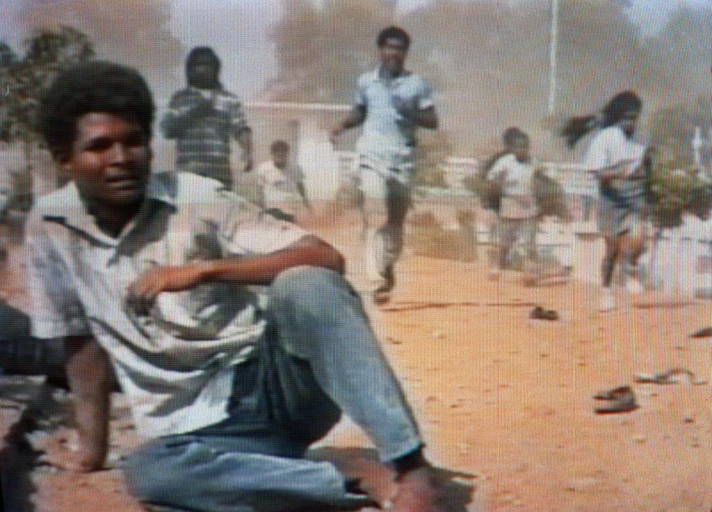 Violação dos Direitos Humanos - Timorenses correm no interior do cemitério durante o massacre efectuado pelos militares indonésios
