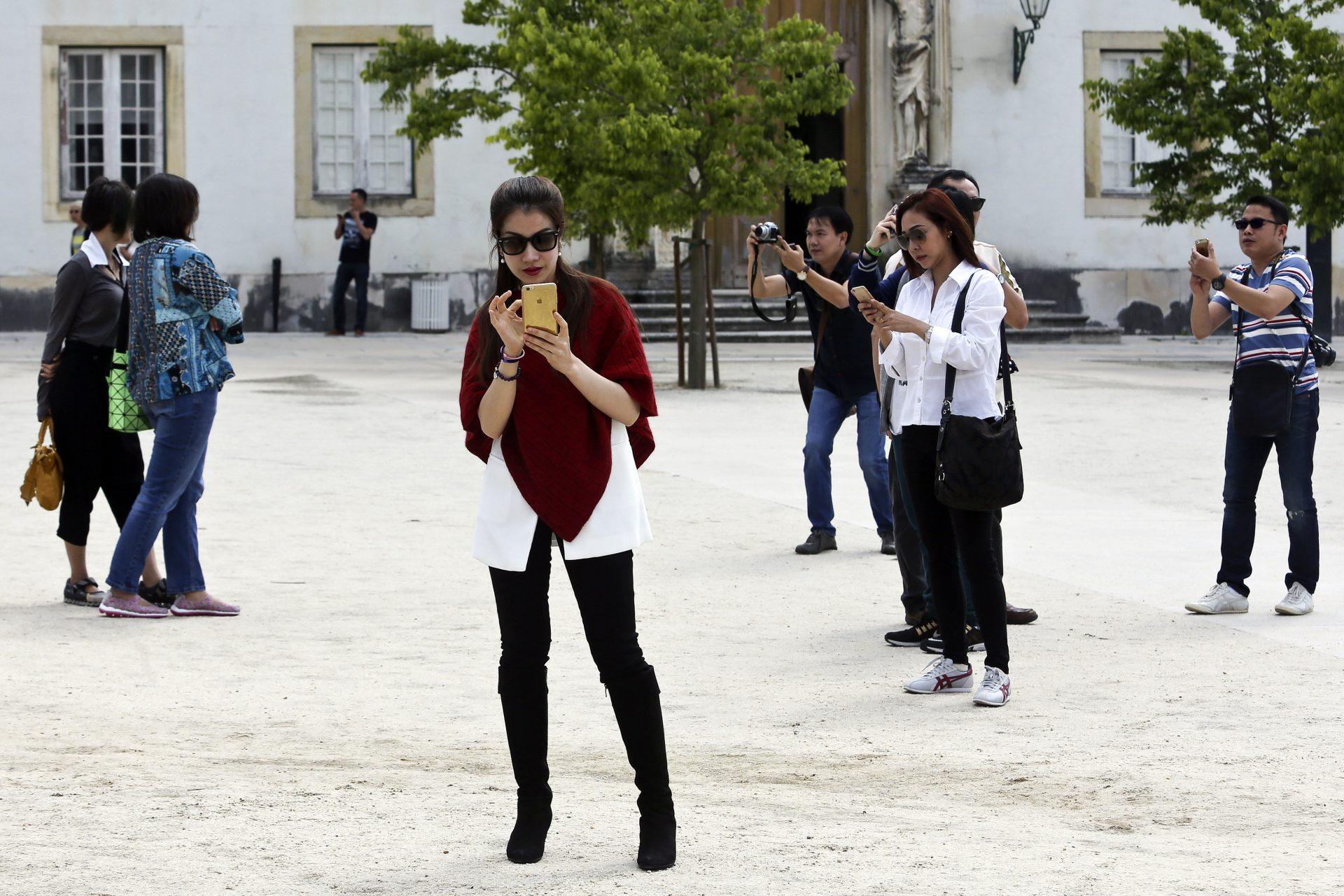Turistas asiáticos visitam a Universidade de Coimbra, 21 de junho de 2015. Desde a classificação como Património Mundial, que os turistas na Universidade de Coimbra têm vindo a crescer, entre eles os asiáticos, que já suplantaram o número de visitantes portugueses, quando se retiram às contas as visitas escolares.   PAULO NOVAIS/LUSA