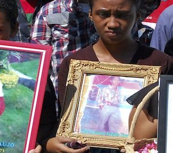 Timorenses seguram fotografias de vítimas do massacre de Santa Cruz, 12 de novembro 2011. ANTONIO AMARAL/LUSA