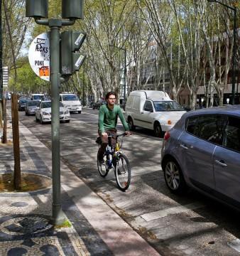Um ciclista desce a Avenida da Liberdade em Lisboa, 3 de abril de 2015. MÁRIO CRUZ/LUSA