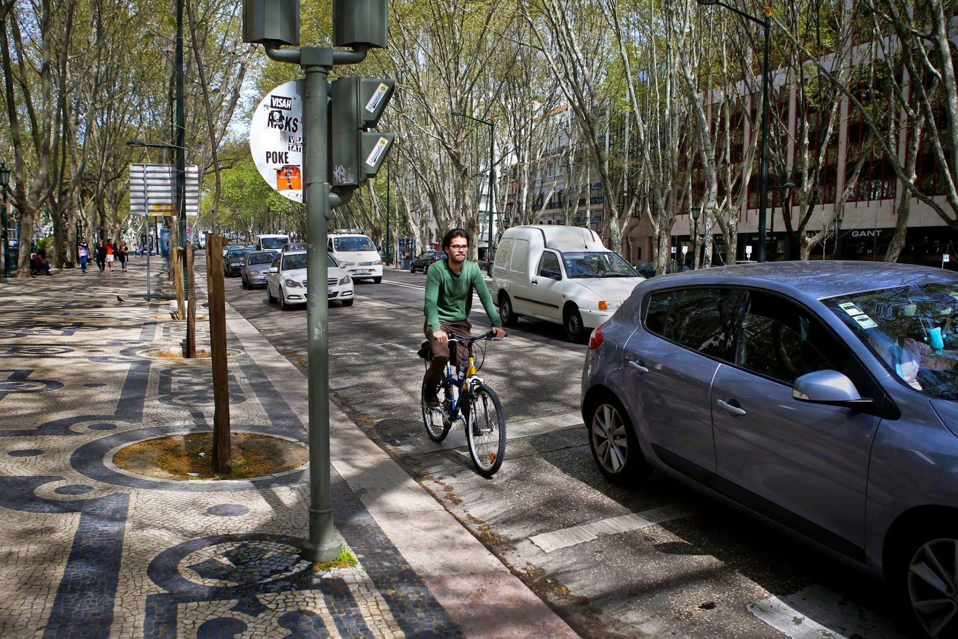 Um ciclista desce a Avenida da Liberdade em Lisboa, 3 de abril de 2015. O novo Código da Estrada, que entrou em vigor a 01 de janeiro de 2014, veio introduzir alterações na circulação rodoviária, tendo os ciclistas ganho novos direitos, ao passarem a ser equiparados aos veículos motorizados. MÁRIO CRUZ/LUSA